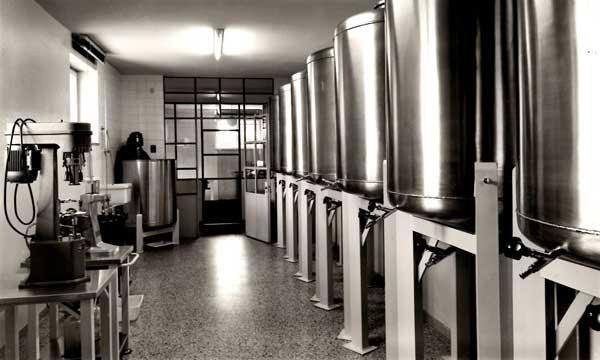 laboratorio farmaceutico donini anni 50