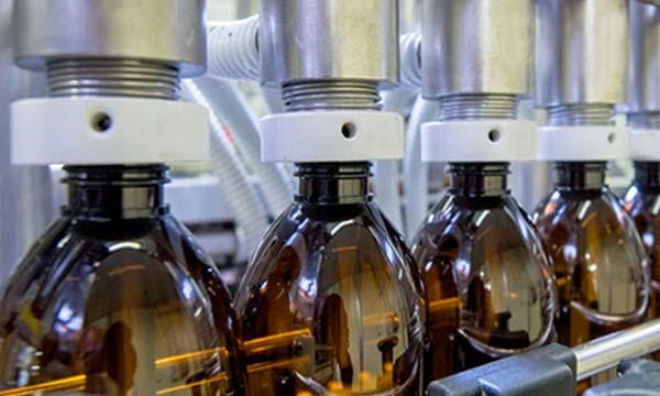 flaconi sulla linea produttiva integratori liquidi Donini